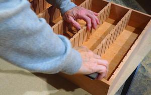Lijando una bandeja o cuna de cedro