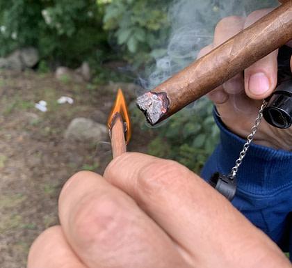 encender un cigarro con madera de cedro