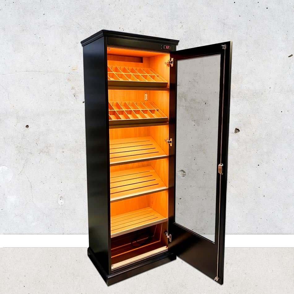 Open black lacquered Ventus humidor